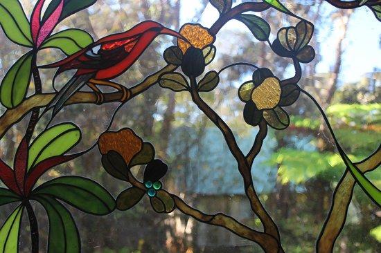 كيلاويا لودج: Close up of stain glass window