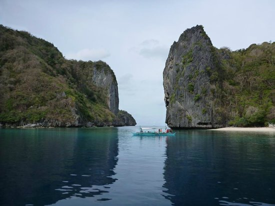 El Nido Resorts Miniloc Island: Island right next to the resort, a 15 minute paddle, or 5 minute boat ride for the best snorkeli