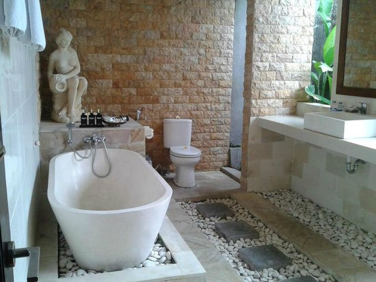 Bali Nyuh Gading Villa: we love the outdoor bathroom