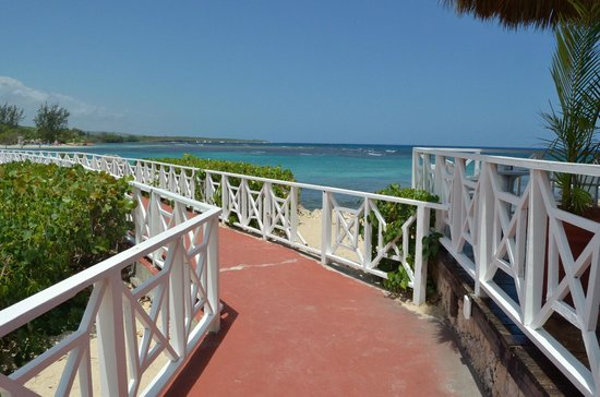 Luxury Bahia Principe Runaway Bay: Dock next to beach grill
