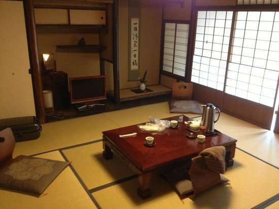 Inn Kawashima: Main area with sitting area and TV