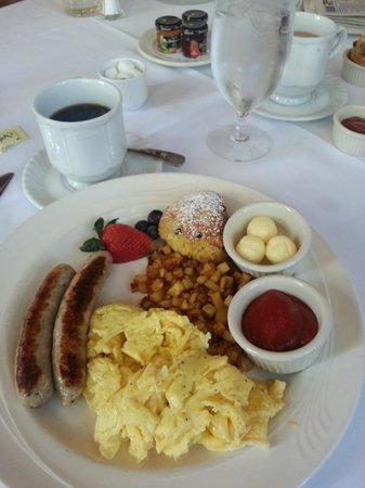 Benbow Historic Inn: Breakfast in the dining room