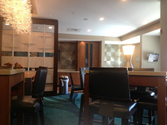 SpringHill Suites Huntsville West/Research Park: Lobby and breakfast area