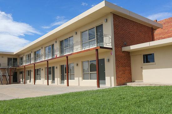 Seven Pines Motor Inn: Side View
