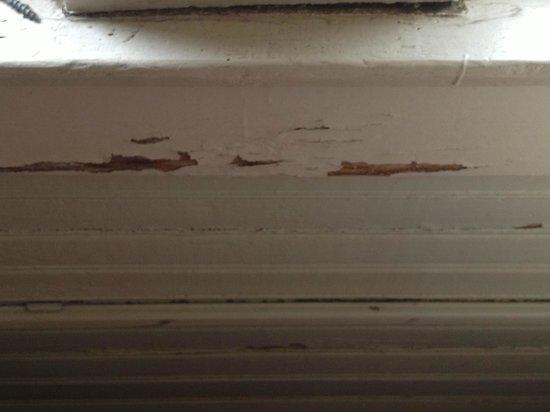 Inn on the Riverwalk: Sample of peeling paint in room