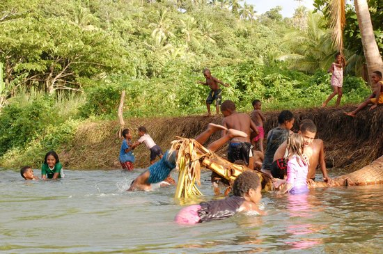 Danny's Village Homestay: Kids playing in the river