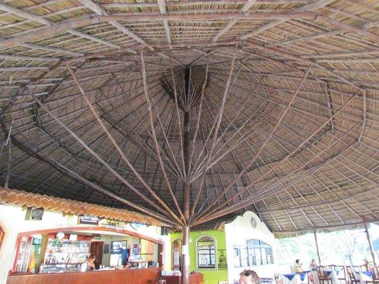 Picnic Center Restauarant: sous le toit du restaurant