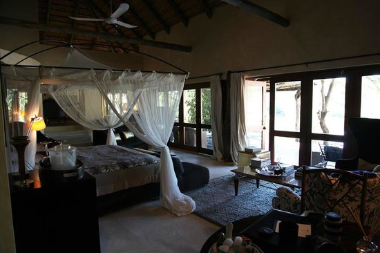 Chitwa Chitwa Private Game Reserve: Bedroom with lake view