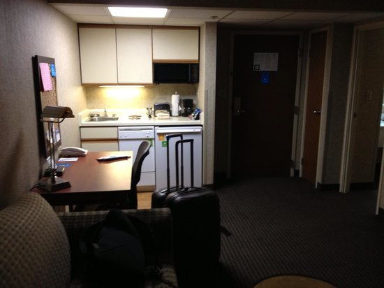 HYATT house Charlotte Airport: Kitchenette area