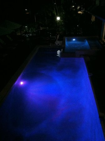 Balboa Holiday Apartments: The pool at night