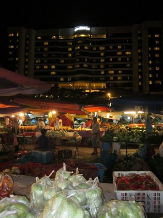 Le Meridien Kota Kinabalu: See the hotel in the background, picture taken in the wet market area