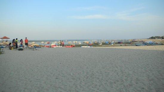 The Segara Suites: Beach at rear of hotel