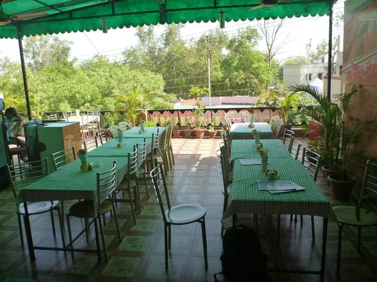 Hotel Rashmi: Roof top restuarant