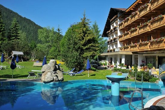 Harmony's Hotel Kirchheimerhof: Pool und großer Naturpark direkt beim Hotel