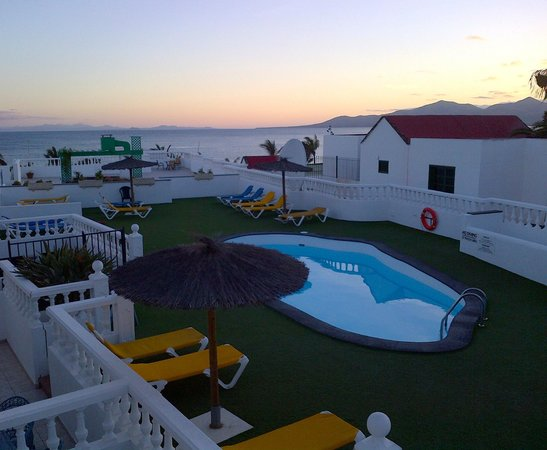 Columbus Apartments Lanzarote : Pool and sun terrace from apartment 4A