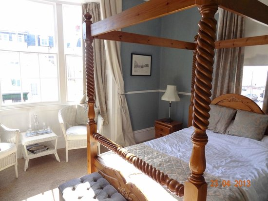 Valentines Guest House: Our lovely bedroom with a 'reading area' in the bay window.