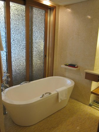 InterContinental Asiana Saigon: Bathtub
