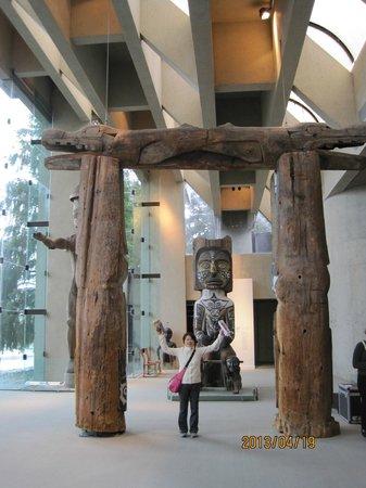 Antropologiska museet: トーテンポールとの組み合わせ、かなり大きいです