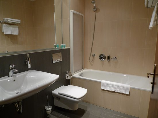 EA Embassy Prague Hotel: Baño