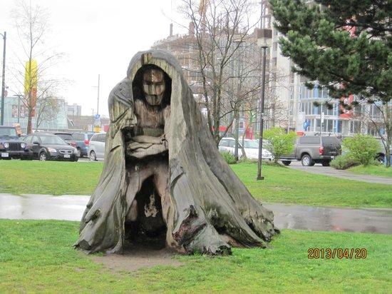 False Creek: 木の像がお出迎え?