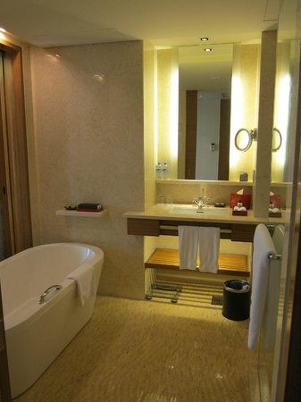 InterContinental Saigon Hotel : Bathroom with tub