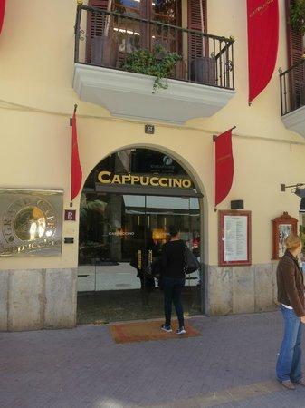 Capuccino San Miguel: Entren från gatan ser kanske inte så spännande ut.