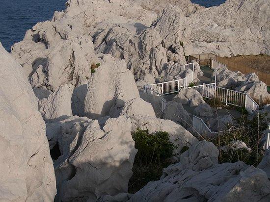 Yura-cho, Japan: 岩山の上まで登る道
