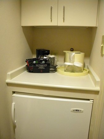 Holiday Inn Atlanta Airport South: Coffemaker and a fridge in the room