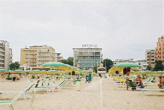 Mercure Rimini Artis: Вид на отель с пляжа