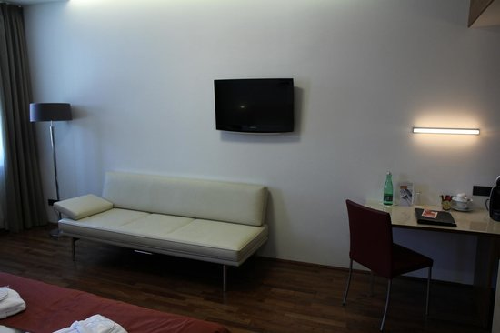 Austria Trend Hotel Europa Wien: Room TV and furnishing