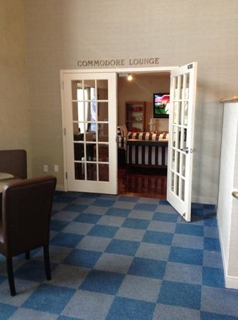 Loews Annapolis Hotel: Commodore Lounge for upper level suites