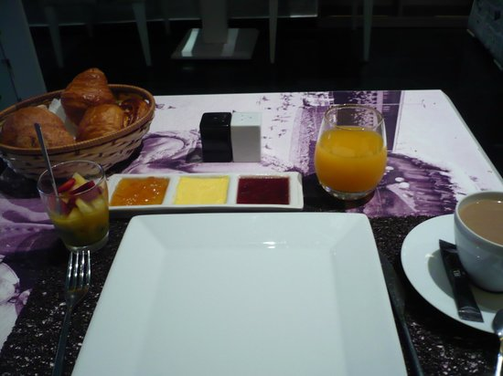 Le Trianon Luxury Hotel & Spa : Breakfast continenatl awaiting omelette