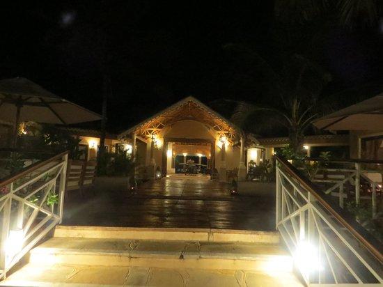 Ocean Beach Resort & Spa: walking to dinner
