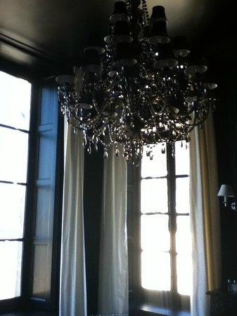 Hotel Particulier Poppa: Bathroom chandelier