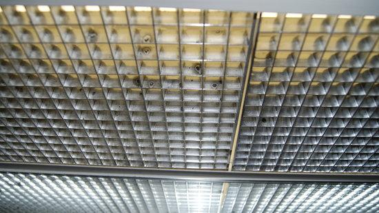 London Bridge Resort: Black mold or mildew on bathroom light fixture