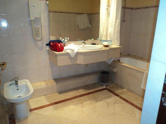 Mansour Eddahbi - Palais des Congres: Bagno e doccia divisi in due ambienti, bagno minuscolo