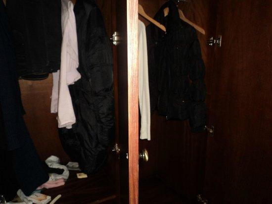 Movenpick Hotel Mansour Eddahbi Marrakech: Armadio a muro confinante dall'ascensore