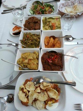 Candi Borobudur: Multitude de plats colorés et épicés