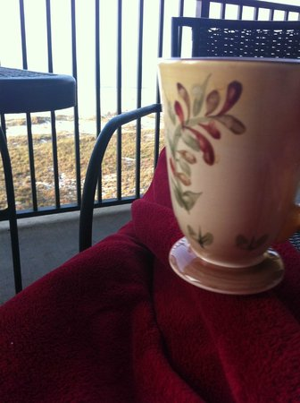 Phoenix Condominiums: Morning coffee and the sound of the waves!