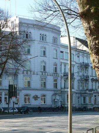 relexa hotel Bellevue: Blick von der Aussenalster zum Hotel