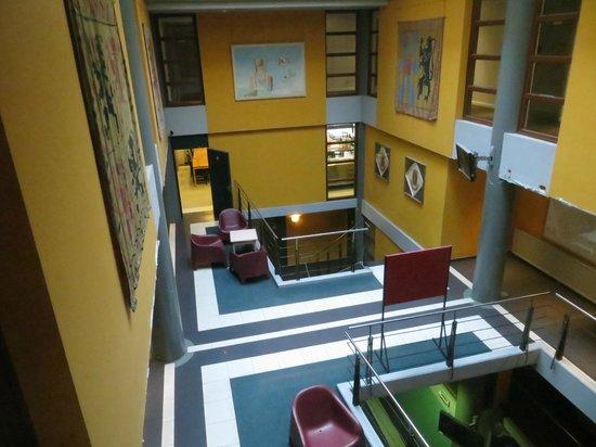 Sleep Well Youth Hostel: Vista della sala al primo piano; in fondo la sala colazioni