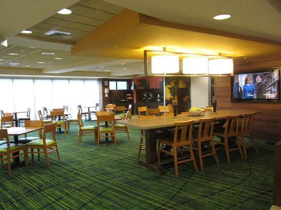 Fairfield Inn & Suites Valdosta: Huge, bright breakfast area