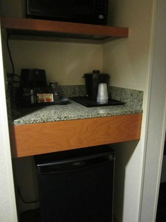 Fairfield Inn & Suites Valdosta: Frig, coffee pot and microwave