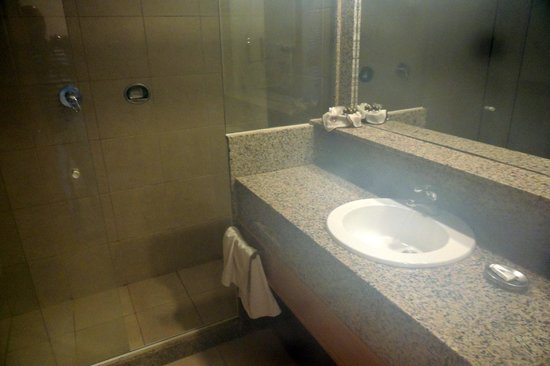Atlantico Buzios Hotel: banheiro amplo no apartamento
