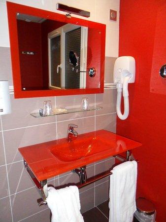 Hotel Le Chalet du Mont Roland : Amazing RED glass washbasin.