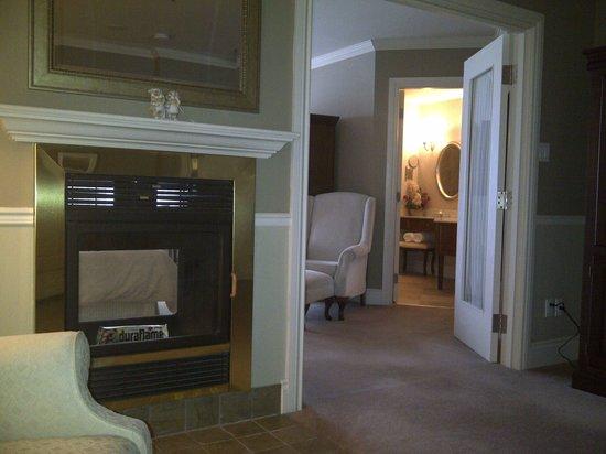 Manoir Des Sables : Fireplace and bathroom