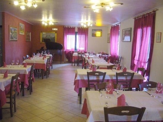 Ristorante la Bessa: sala ristorante elegante con addirittura pianoforte per i clienti una figata