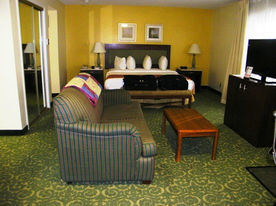 MainStay Suites Pensacola : Bed and Seating