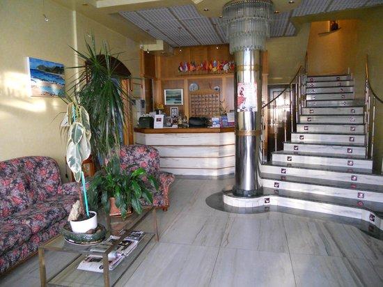 Hotel Arillo: Recepcion y acceso a habitaciones por la escalera.Tambien dispone de ascensor