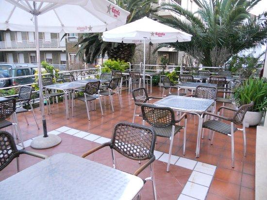 Hotel Arillo: Parte de la terrazaen la parte delantera del Hotel